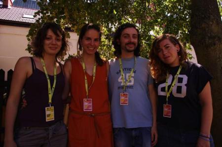 """I """"cztery wolontariuszy"""" (quattro volontari) ad un laboratorio di cartoline. Da sinistra: Lauriane, Natalia, Francesco, María José. Ecco cos'é il gran freddo polacco!"""